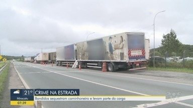 Bandidos rendem caminhoneiro na Rodovia Régis Bittencourt - Eles roubaram parte da carga de produtos eletrônicos.