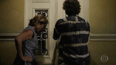 Max e Carminha invadem a casa de Genésio - Os dois procuram pelo dinheiro e por Rita