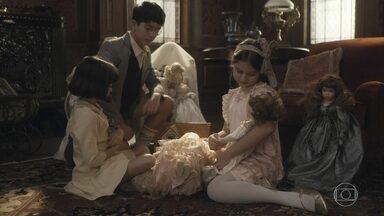 Soraia hostiliza Isabel e Julinho - Julinho tenta defender a irmã, mas Soraia revida e ameaça pedir ao pai para demitir Júlio