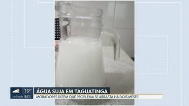 Água chega suja nas torneiras de Taguatinga Norte - Moradores reclamam que o problema já dura dois meses. A Caesb diz que uma obra na área pode altera a cor da água.