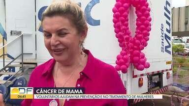 """Voluntários alertam para prevenção do câncer de mama e ajudam mulheres em tratamento - Ações são feitas durante o """"Outubro Rosa"""" e incluem carreta de exames e doação de cabelo para a confecção de perucas."""