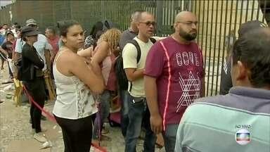 Feira para renegociar dívidas leva multidão às ruas em Fortaleza - Centenas de pessoas buscam renegociar dívidas com bancos, empresas de cartão e concessionárias de água e de luz.