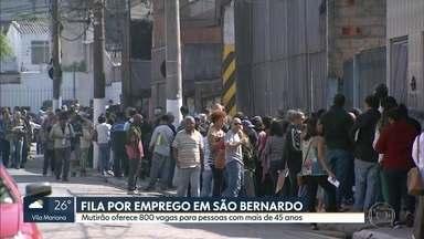 Mutirão do emprego em São Bernardo oferece 800 vagas e forma fila quilométrica - Vagas são destinadas a quem tem mais de 45 anos. Cargos disponíveis vão de porteiro a auxiliar de enfermagem.