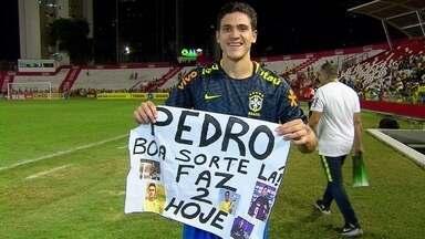 Pedro presenteia, com camisa da seleção, garoto que pediu dois gols em cartaz, nos Aflitos - Marvim Guilherme, de nove anos, ainda disse que camisa não estava com o melhor dos cheiros