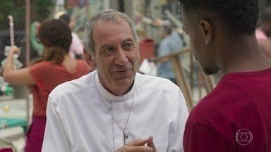 Padre Paulo conversa com Ramon sobre sopão e projeto de basquete - Ramon conversar sobre um projeto de basquete com Felício