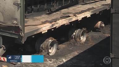 Fogo atinge 3 carretas na região Nordeste de BH - Segundo os bombeiros, o incêndio foi provocado por fogos de artifício.