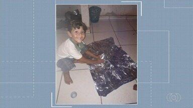Menino é morto em casa, onde também foram baleados pai e irmã, em Aparecida de Goiânia - Segundo a polícia, criança de 6 anos dormia com outras cinco pessoas da família, quando foram feitos os disparos. Um menor de 14 anos está apreendido suspeito do crime, que chocou moradores no Dia das Crianças.