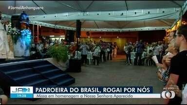 Coroação de Nossa Senhora Aparecida acontece em missa campal, em Goiânia - Dia foi marcado por homenagens à padroeira do Brasil