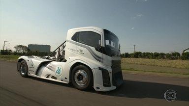 Conheça o caminhão mais rápido do mundo - O caminhão mais rápido do mundo. Ele é todo preparado para isso.