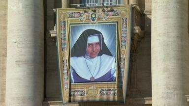 Brasil ganha a primeira santa brasileira: Santa Dulce dos Pobres - Maria Rita de Sousa Brito Lopes Pontes, a Irmã Dulce, foi proclamada santa em cerimônia realizada no Vaticano.