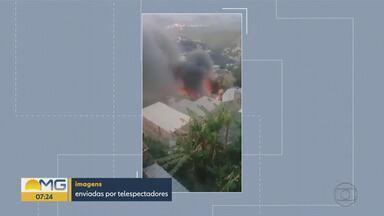 Bombeiros combatem incêndio em casas na Região Leste de BH - Duas residências foram atingidas, no bairro Taquaril.