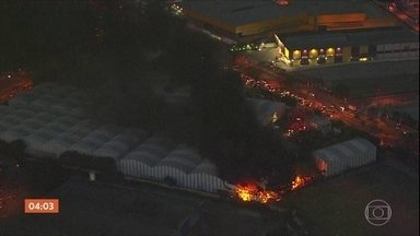 Incêndio destrói carros alegóricos e fantasias da Independente Tricolor, em SP - O incêndio atingiu o barracão na Fábrica do Samba 2 na noite desta segunda-feira (14).