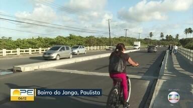 Ponte do Janga é liberada nos dois sentidos e prefeitura diz que vândalos retiraram placas - Nesta terça-feira (15), veículos percorrem trecho que eram para ainda estar bloqueado.