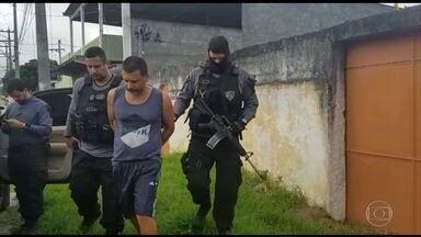 Polícia prende traficante suspeito de chefiar tráfico de drogas em duas favelas do Rio - Os agentes também estão combatendo o braço econômico da quadrilha. Os policiais estão, na manhã desta terça-feira (15), em duas empresas de parentes do traficante, onde as investigações apontam que era lavado o dinheiro do grupo.