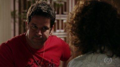 Muricy convence o filho a ir para Cabo Frio - O jogador percebe que sua mãe está tentando fazer ele se aproximar de Carminha