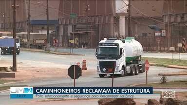Caminhoneiros reclamam da falta de estacionamento adequado no Porto do Itaqui - Por conta do problema, motoristas formam filas de caminhões parados no acostamento da BR-135 na Vila Maranhão.