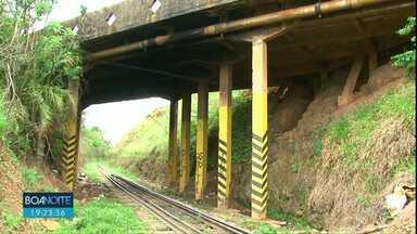 Moradores do Alto Cascavel estão preocupados com situação de viaduto - Segundo engenheiro, viaduto tem problemas estruturais.