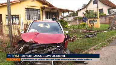 Menor pega carro da mãe e causa grave acidente - Ele perdeu o controle da direção bateu num poste e invadiu o quintal de uma casa