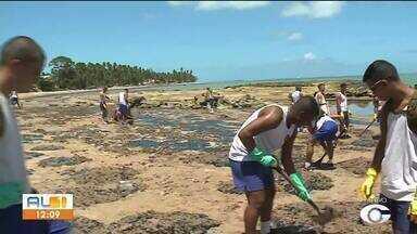 Mutirão de limpeza é realizado em Japaratinga - Manchas de óleo surgiram em Japaratinga e Maragogi na quarta-feira (16)