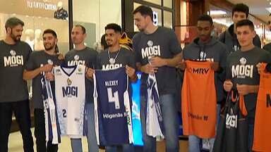 Jogadores e comissão técnica do Mogi apresentam novos uniformes do time - Os novos uniformes serão usados no NBB, a partir desta quinta-feira.