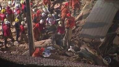 Sobe para 5 o número de mortes confirmadas no prédio que desabou em Fortaleza - Cinco pessoas continuam desaparecidas. Os bombeiros mapearam os apartamentos nos escombros para ajudar na localização.