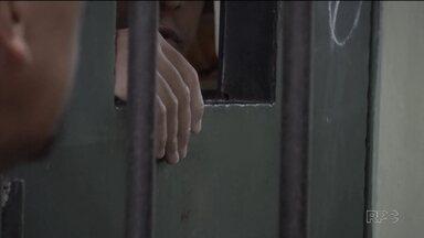Bom Dia Paraná atravessa os muros e as grades de segurança de penitenciária - Saiba como é a PEF II além dos muros, cercas e grades de segurança. Agentes penitenciários falam sobre as dificuldades, medos e rotinas dos presos.
