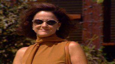 Capítulo de 13/06/2000 - Helena e Edu se amam. Helena teme que os filhos saibam a verdade sobre o pai, que foi assassinado. Alma invade o box onde Edu toma banho para lhe dar uma bronca.