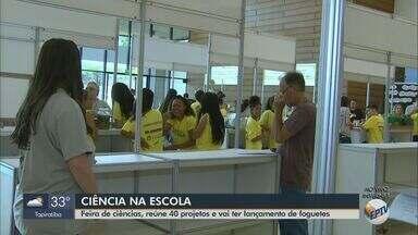 Alunos de Araraquara trocam conhecimentos na USP de São Carlos para feira de ciências - Evento ocorre nesta sexta-feira (18), no Centro Internacional de Convenção, com apresentação de 40 trabalhos científicos feitos por 200 estudantes.
