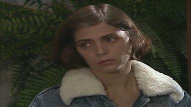 Capítulo de 30/03/1988 - Fernando observa Cláudia tomar banho de rio. Cláudia se hospeda na pensão de Robério e lembra ter sido levada para lá depois do incêndio em sua casa.