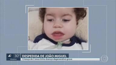 Menino João Miguel é enterrado em Conselheiro Lafaiete - A criança de dois anos tinha uma doença degenerativa grave. O pai dele desviou parte do dinheiro arrecadado em uma campanha para ajudar no tratamento.