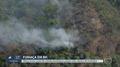 Regiões de BH 'desaparecem' em meio a fumaça, e situação assusta moradores - BH é coberta por fumaça, tomada por cheiro de incêndios e fuligens. Capital mineira está em alerta para o tempo seco.