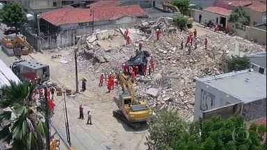 Boletim: bombeiros encontram corpo de 8ª vítima de desabamento de edifício em Fortaleza - Vítima ainda não foi identificada. Prédio residencial de sete andares ficava no bairro Dionísio Torres, área de classe média da cidade.