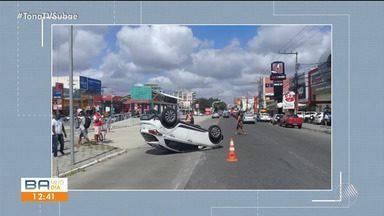 Carro invade sinal vermelho, bate em outro, sobre meio fio e capota em Feira de Santana - O acidente aconteceu na manhã deste sábado (19).