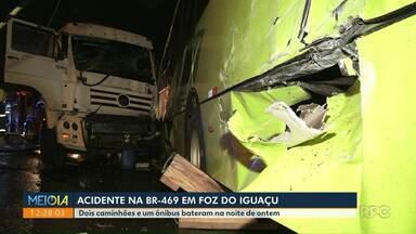 Acidente envolve dois caminhões e um ônibus em Foz do Iguaçu - Acidente foi na BR-469, na noite de ontem.