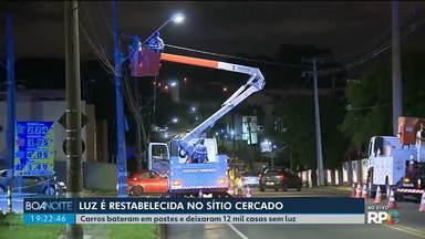 Energia elétrica é restabelecida no fim da tarde deste sábado no Sítio Cercado em Curitiba - Milhares de casas e comércios ficaram sem luz depois que dois carros bateram e atingiram nove postes no início da madrugada.