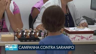 Pais aproveitaram o dia D da campanha contra o sarampo para vacinar os filhos - O secretário de Saúde disse que o DF está perto de atingir a meta de vacinar 95% das crianças entre seis meses e cinco anos de idade.