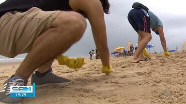 Mutirão ajuda na limpeza de praia em Aracaju - Mutirão ajuda na limpeza de praia em Aracaju.