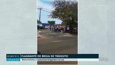 Flagrante de briga de trânsito - Motociclistas e motorista brigaram na rua, em Londrina.