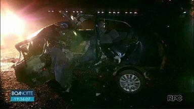 Batida entre carro e caminhão deixa dois feridos na BR-373, em Prudentópolis - Segundo a Polícia Rodoviária Federal, o motorista que estava em um carro invadiu a pista contrária e bateu de frente com um caminhão. A polícia acredita que o motivo do acidente tenha sido excesso de velocidade por parte do motorista do carro.