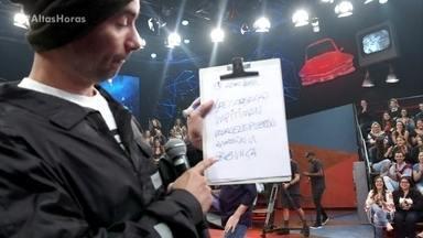 Jackson Five anota palavras sugeridas pela plateia - Marco Luque encara desafio para desenvolver sua apresentação