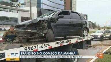Carro é abandonado após acidente na Beira-mar Norte, em Florianópolis - Carro é abandonado após acidente na Beira-mar Norte, em Florianópolis
