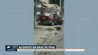 Caminhão de lixo bate em seis carros e fere duas pessoas em Brás de Pina - Testemunhas contam que o motorista do caminhão perdeu o controle do veículo.