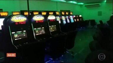 MP e polícia fazem operação para combater os jogos de azar em SP - Centenas de agentes participaram da Operação Trevo da Sorte em mais de 40 casas de jogatina em endereços nobres. Mais de 2,5 máquinas de bingo foram apreendidas. Sete pessoas foram detidas, incluindo policiais militares.