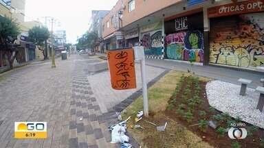 Um dia após revitalização, Rua do Lazer amanhece pichada em Goiânia - Atos de vandalismo foram registrados.
