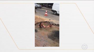 Vídeo mostra moradores 'tomando banho' em buraco ocasionado por vazamento, em Minas Gerais - Comerciantes estavam revoltados com vazamento na porta da barracharia deles, em Divinópolis (MG). Protesto viralizou e a companhia de saneamento resolveu o problema.