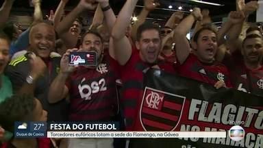 Noite de Flamengo e Grêmio no Maracanã e torcedores rubro-negros movimentam a Gávea - Os torcedores eufóricos lotam a sede do Flamengo, na Gávea.