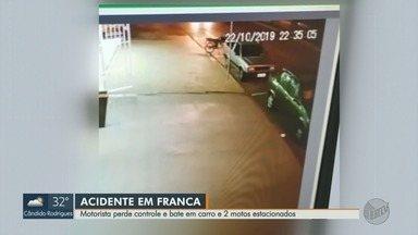 Motorista perde controle da direção e bate em carro e motos estacionados em Franca, SP - Acidente ocorreu na Vila Santos Dumont, na noite de terça-feira (22).