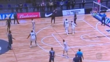 Bauru Basket joga contra o Pinheiros nesta quarta-feira - O Bauru Basket tem a chance de se recuperar da derrota para o Corinthians no NBB. Na estreia na segunda-feira (21), o time bauruense não jogou bem e perdeu por 88 a 71. Nesta quarta-feira (23), o time continua na capital para enfrentar o Pinheiros.