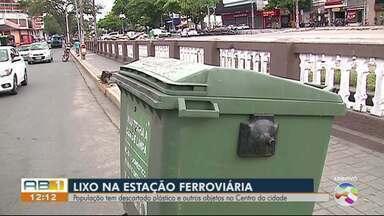 População tem descartado plástico e outros objetos no Centro da cidade - Prefeitura faz a limpeza diária, mas a sujeira vem da população.