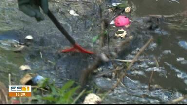 Cerca de 4 toneladas de lixo são retidas de córregos de Cachoeiro de Itapemirim, no ES - Operação de limpeza foi coordenada pela secretaria municipal de Serviços Urbanos.